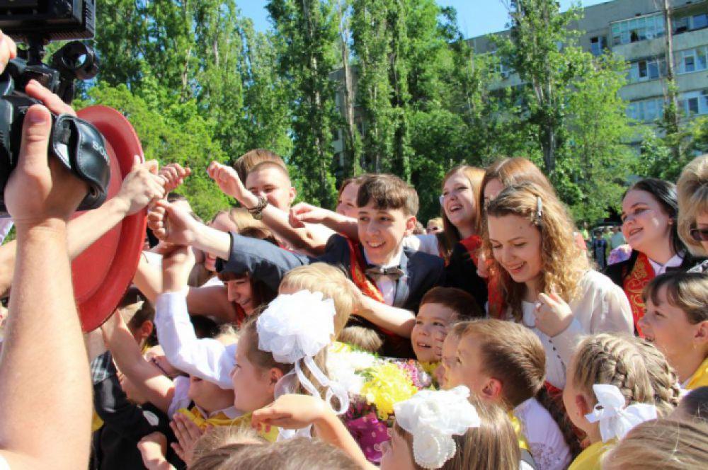 Ещё одна юноновская традиция - на удачу выпускники стучат по дереву - огромному красочному подносу.