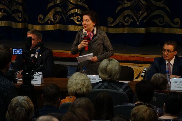 Наталья Комарова во время встречи с жителями Сургутского района.