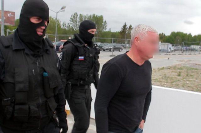 Задержанного депутата отправили на допрос в Санкт-Петербург.