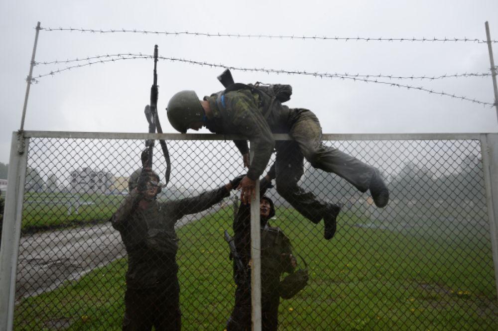 10-километровый маршбросок, специальную штурмовую полосу со множеством препятствий бойцы проходят помогая товарищу, прикрывая друг друга.