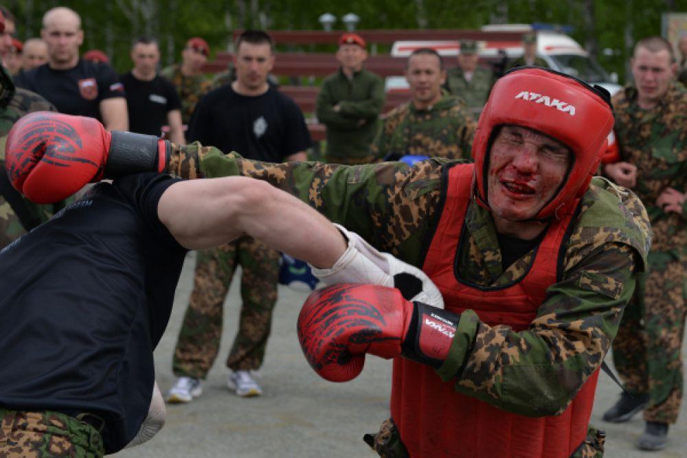 Всего испытания завершают четыре комплекса рукопашного боя. Поединок ведется в течение 12 минут без перерыва со сменой трех партнеров, один из которых — такой же экзаменуемый, другие — военнослужащие, уже имеющие краповый берет.