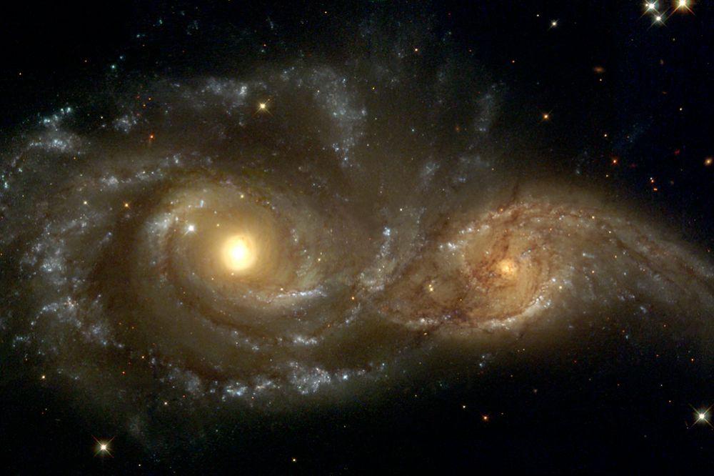 NGC 2207 — спиральная галактика с перемычкой в созвездии Большой Пёс. Открыта Джоном Гершелем в 1835 году вместе с соседней галактикой IC 2163. Пара галактик активно взаимодействует, находясь в начале процесса слияния. Галактика находится на расстоянии около 36 Мпк от Земли. Слияние с соседней галактикой находится в начальной фазе, спиральная структура обеих галактик ещё сохранилась, однако в результате этого процесса примерно через миллиард лет образуется эллиптическая или линзовидная галактика.
