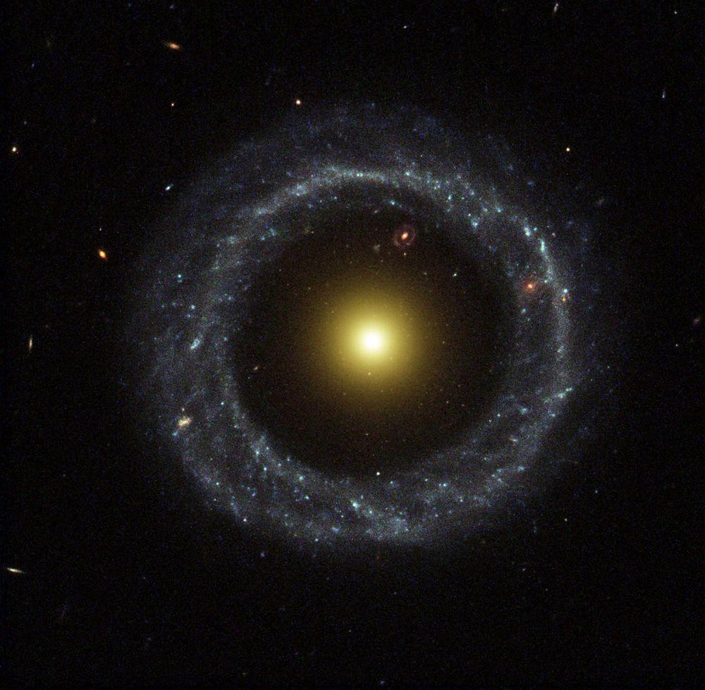 Объект Хога — кольцеобразная галактика в созвездии Змеи. Расстояние до Земли – около 600 млн световых лет. В центре галактики находится скопление из относительно старых звёзд жёлтого цвета. Оно окружено практически правильным кольцом из более молодых звёзд, голубого оттенока. Диаметр галактики — около 100 тысяч световых лет. Объект был первой открытой кольцеобразной галактикой. У ученых не существует единого мнения о процессах формирования подобных систем. Согласно одной из гипотез, они образовались в результате прохождения одной галактики сквозь диск другой.