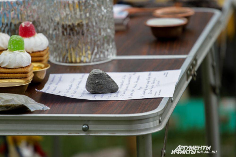 На столиках у шаманов записки от пришедших.
