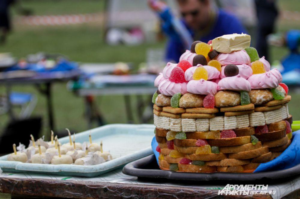 Угощение для духов. Прекрасный «пирог» из сухарей, вафель, пряников, мармелада и зефира.