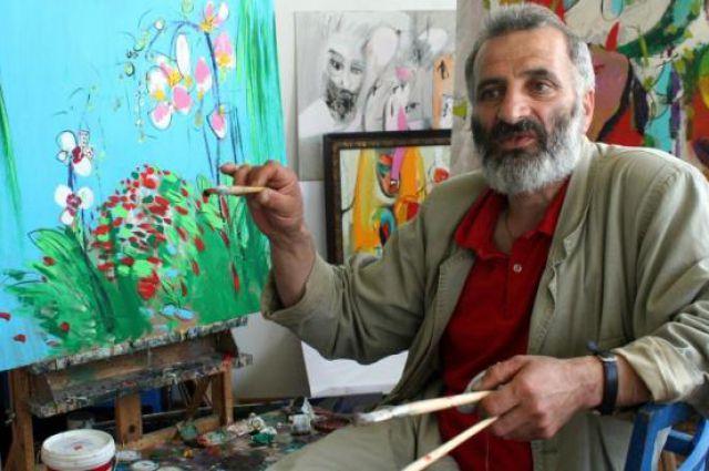 Гагик Парсамян рисует цветы из своего сада в Гданьске.