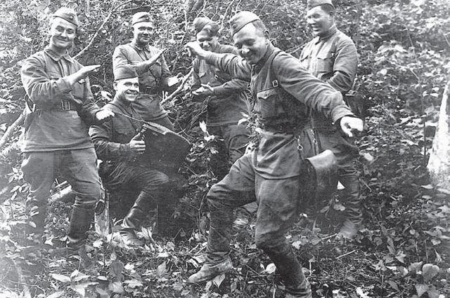 Свободная минутка: наши солдаты умели не только воевать, но и отдыхать, не теряя оптимизма и надежды на победу.