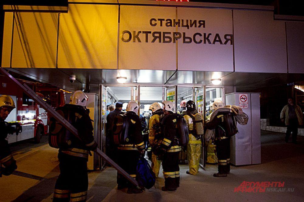 Поезд, пассажирам которого понадобилась помощь, ехал в сторону станции «Октябрьская».