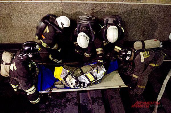 Тех, кто из-за травм не не может ходить самостоятельно,спасатели поднимают на поверхность на носилках.