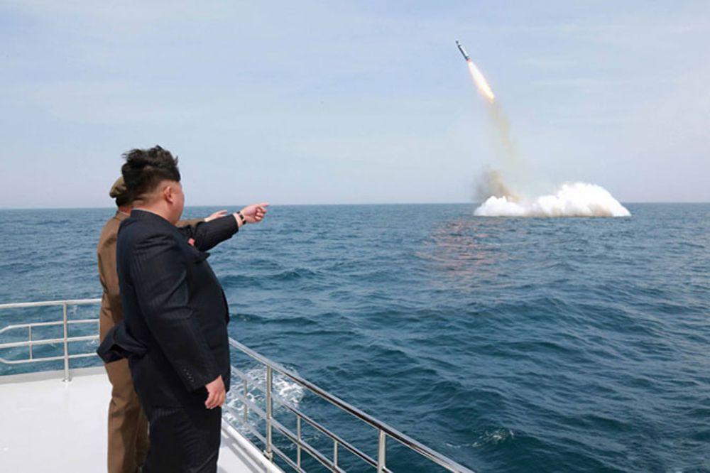 «Нодон-Б» может поражать американские военные объекты на Окинаве и даже (если оценка дальности в 4000 км верна) на Гуаме, то есть уже на собственно американской территории. А после того, как в КНДР прошли успешные испытания подводного запуска ракет (по данным местных СМИ), вся территория США находится под ударом.