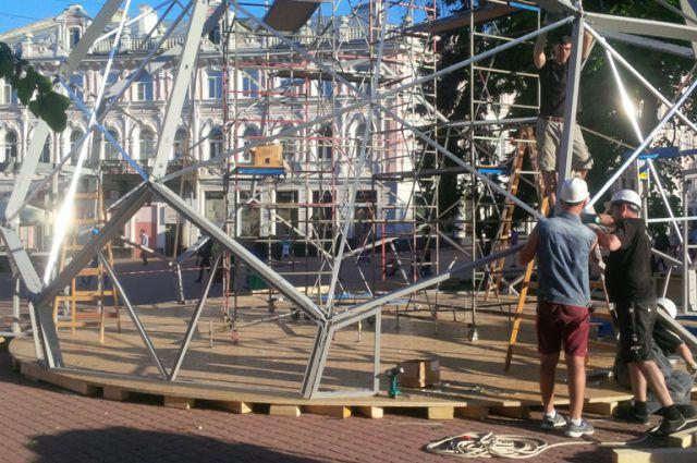 Монтаж павильона на Театральной площади