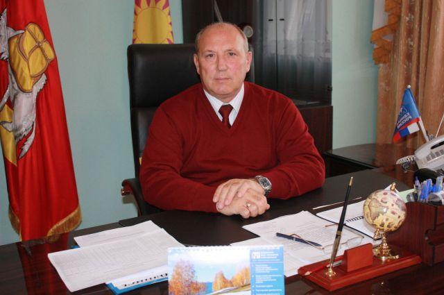 Глава Брединского района подозревается во взятке в виде работ на даче