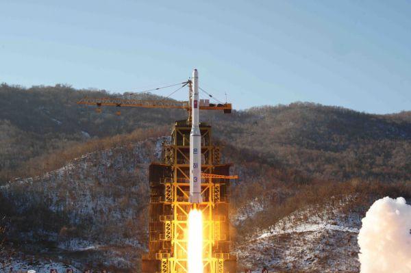 Кроме того, в Северной Корее разработана баллистическая ракета, а также и ракета-носитель, способной выводить искусственные спутники на околоземную орбиту. Первые ракеты «Тэпходон» были способны доставить полезную нагрузку массой 750 кг на расстояние до 2000 км. В 2006 году в КНДР их было создано 25-30. Ракеты постоянно дорабатывались. В итоге, дальность полета удалось увеличить до 6700 км. А сегодня специалисты США считают, что в КНДР ведутся разработки ракеты «Тэпходон-3», имеющей дальность полёта 10-12 тыс. км. По данным СМИ, в армии КНДР уже может числиться 12-23 ядерные боеголовки.