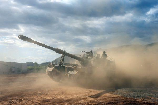 Артиллерия в КНДР также представлена САУ серии «Чучхе-По». Объеденяет целое семейство машин с оружием от 122 до 152 мм. К сожалению информации по этой машине почти нет, но доподлинно известно, что в её разработке принимал участие непосредственно Ким Ер Сен.