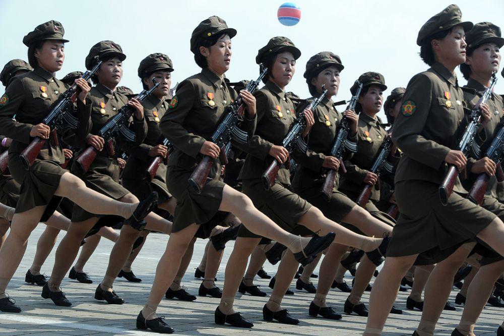В 2015 году руководство КНДР приняло решение о том, что северокорейская армия должна резко вырасти в численности. Для этого в стране ввели обязательную воинскую службу для женщин, которые до сих пор служили на добровольной основе. Отныне все девушки, достигшие 17-летнего возраста, обязаны служить в армии. Женщинам все же сделали некоторое послабление: срок службы кореянок будет составлять «всего» 3 года. Как стимул не уклоняться от службы, руководство страны решило, что в вузы теперь будут принимать лишь девушек, отслуживших в армии.