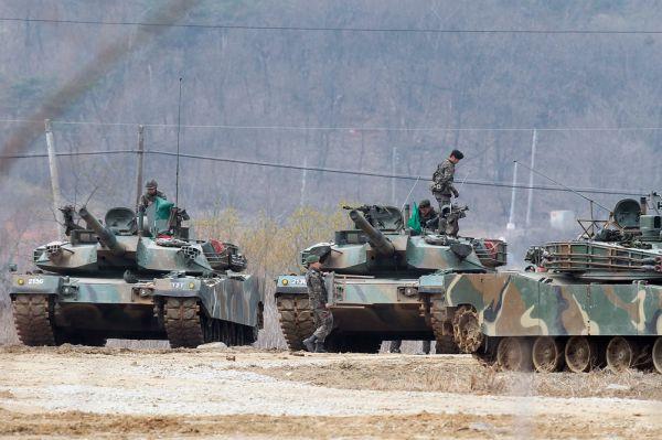 В армии КНДР числится не менее 200 танков «Покпхунхо». Это самый секретный северокорейский танк, в сети почти не имеется информации по его ТТХ. Создан на базе Т-72 Вооружение – 125 мм гладкоствольная пушка.