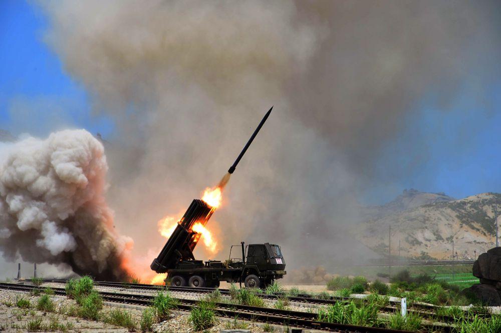 Аналогичными характеристиками обладает и система залпового огня М1911. Калибр – 240 мм. Количество направляющих – 12. Дальность стрельбы в районе 35 км. КНДР имеет не менее 500 М1985 и М1991.