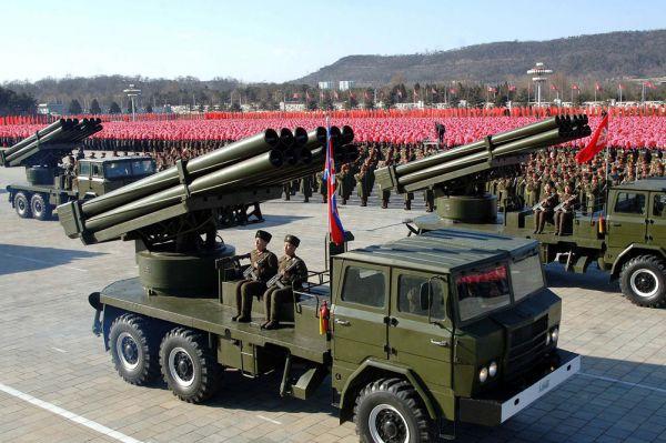 Основной ударной силой артиллерии КНДР, пожалуй, является система залпового огня М1985, калибра 240мм. У системы 12 направляющих, а дальность стрельбы, по всей видимости, достигает 35 км.