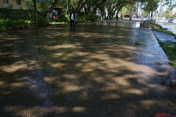 В Перми из-за коммунальной аварии затопило улицу Ленина.
