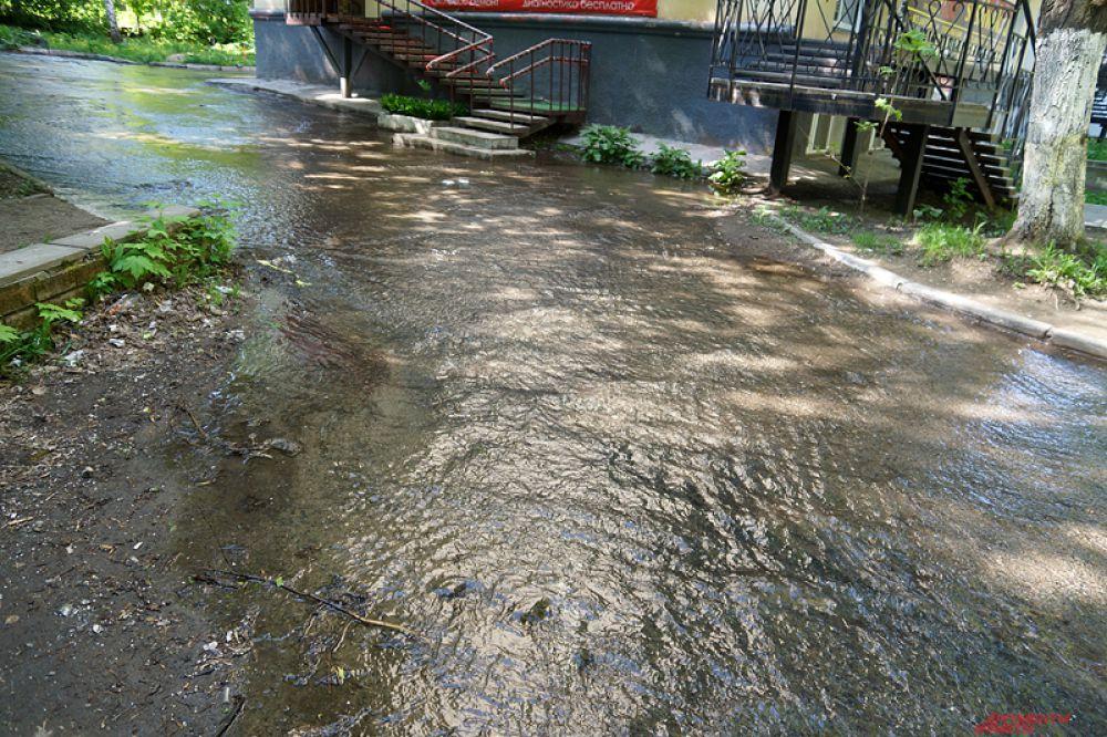 По предварительным данным, произошла утечка из водопроводной сети.