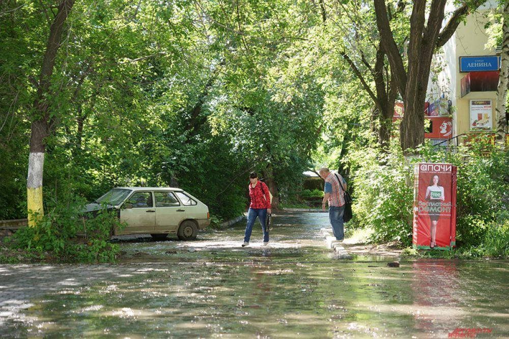 Затопление наблюдается на участке от пересечения главной улицы города с ул. Крисанова до вокзала «Пермь-2».