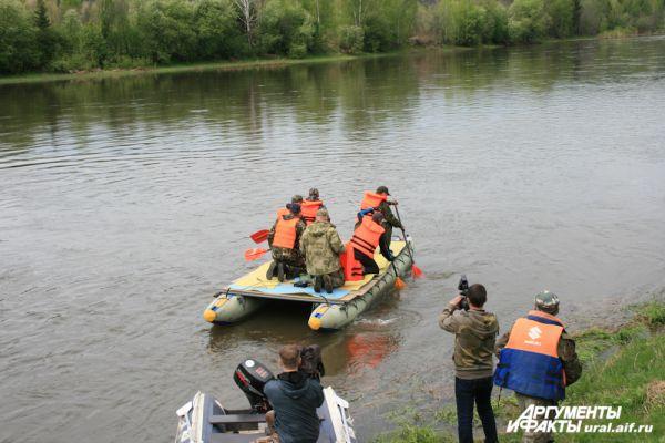 VIP-катамаран отчалил сразу после торжественного открытия сплава, но остальной кортеж быстро нагнал экипаж полпреда и губернатора.