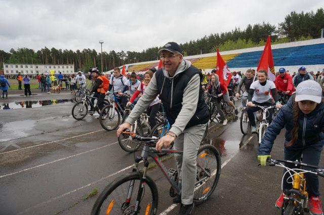 К велопробегу присоединился глава города Игорь Сапко.