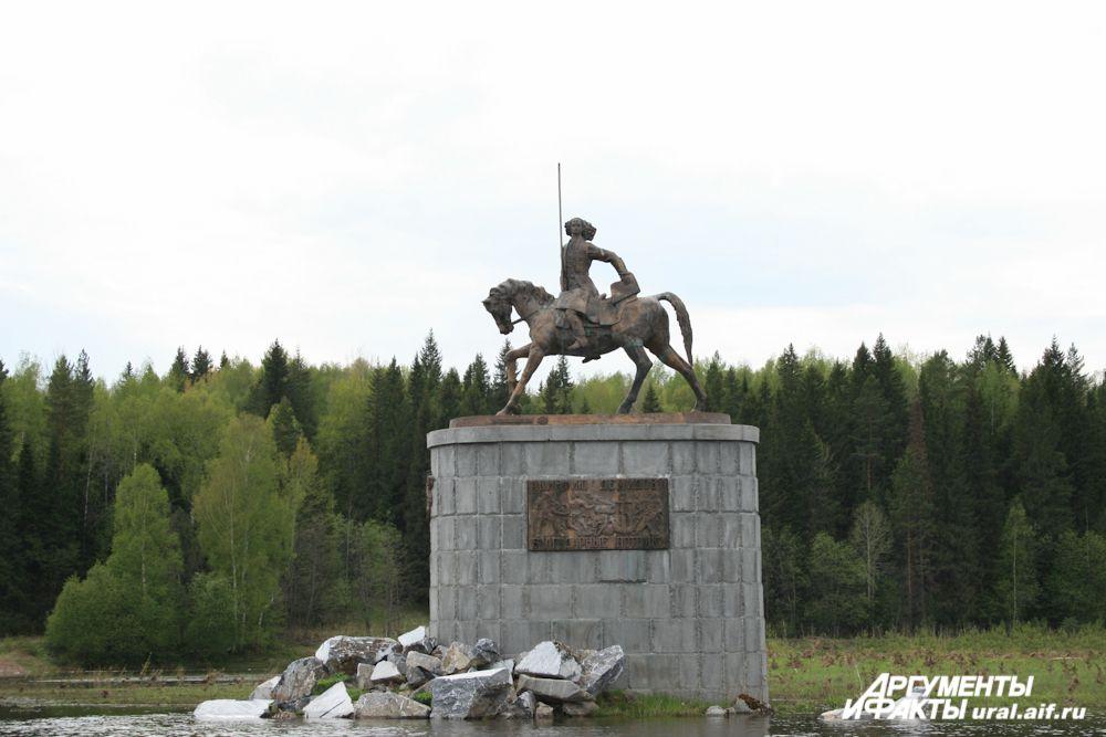 На последнем повороте показался памятник Акинфию Демидову – мемориал уральскому заводчику воздвигли благодарные потомки.