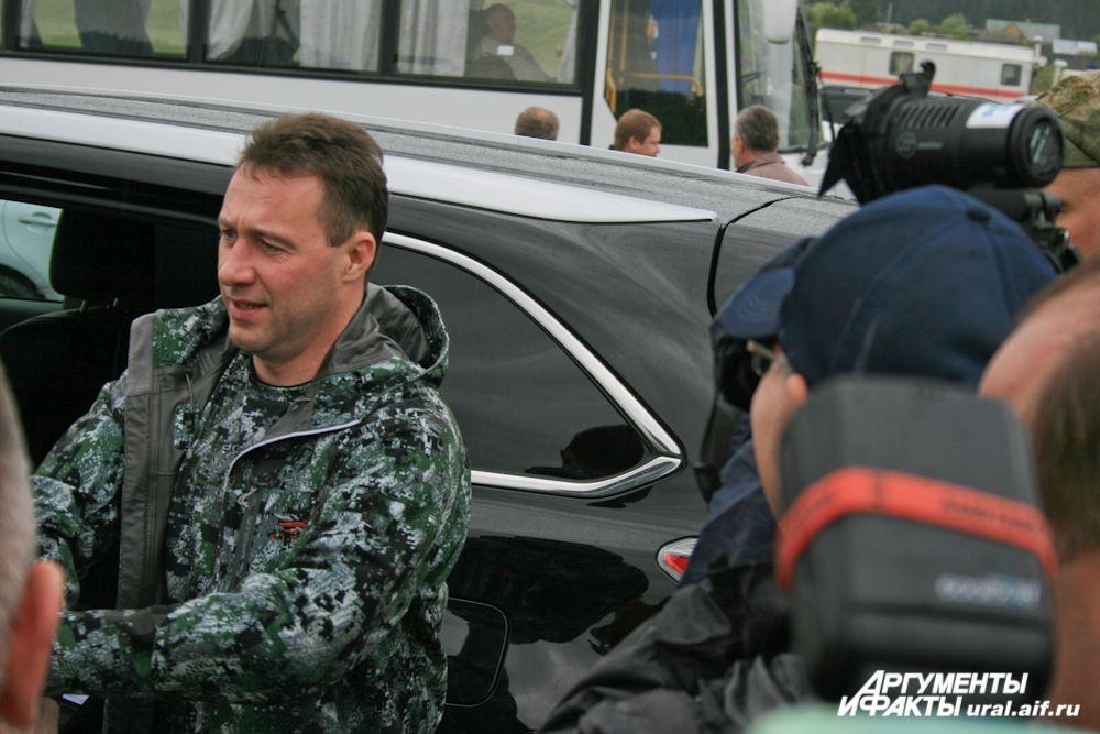 «Рабочий» полпред Игорь Холманских приехал на Toyota Highlander, причем сам был за рулем.