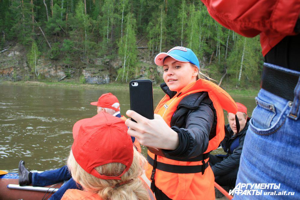 Даже на борту катамарана посреди «реки теснин» активисты движения не могли удержаться от «селфи».