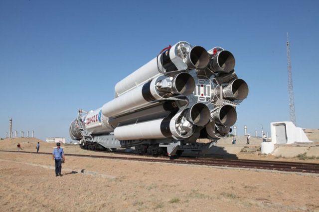 Транспортировка ракеты-носителя «Протон-М» с разгонным блоком ДМ-03 и тремя российскими навигационными космическими аппаратами «Глонасс-М» на стартовую площадку космодрома «Байконур». 2 июля 2013 года.