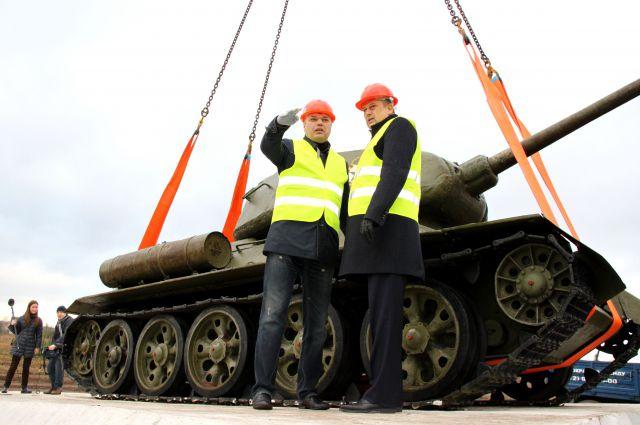 Танк Т-34 устанавливают на постамент.