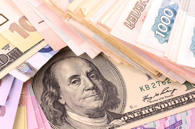 Официальные курсы валют назавтра: доллар превысил 51 руб, евро— 55руб.