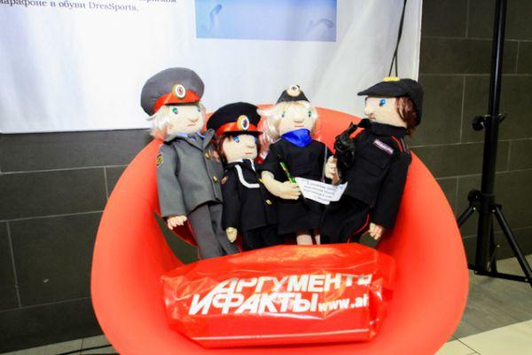 Вязанные полицейские.