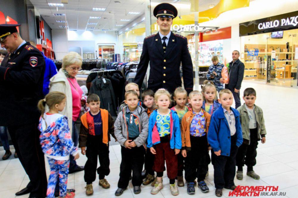 """Малышам повещло пообщаться с настоящим """"дядей Степой"""" - полицейский высокого роста поразил воображение детей."""