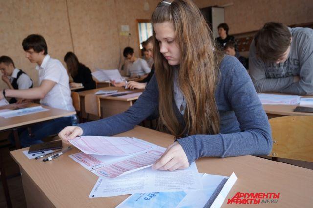 Школьники взялись за первый обязательный экзамен.