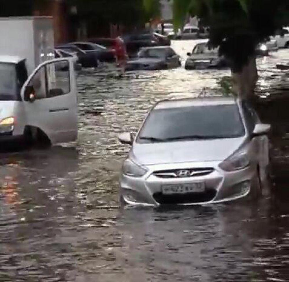 Сильнее всего стихия разгулялась в Бежицком районе. Там под водой скрылась большая часть улиц. На фото: улица Камозина.