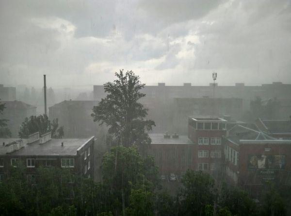 Сильный дождь начался в Брянске после пяти часов вечера.