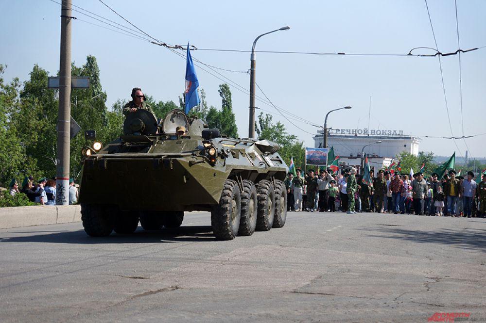 Порядка пяти тысяч участников, одетые в военную форму и вооружившись флагами, прошлись большой колонной от здания Речного вокзала до памятника Уральскому добровольческому танковому корпусу.