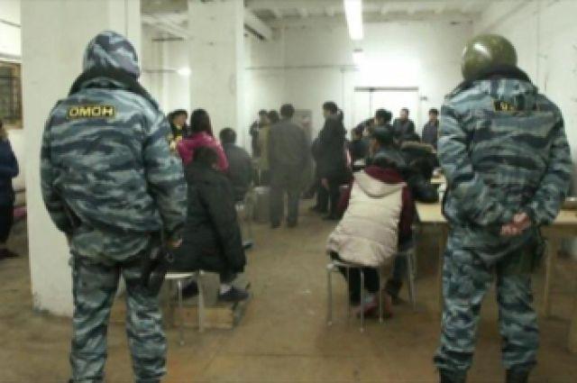 На овощебазе №4 в Екатеринбурге бойцы ОМОН ищут нелегалов
