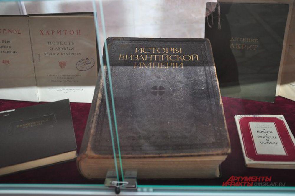 Библиотека имени Пушкина провела для журналистов экскурсию по Музею книги.
