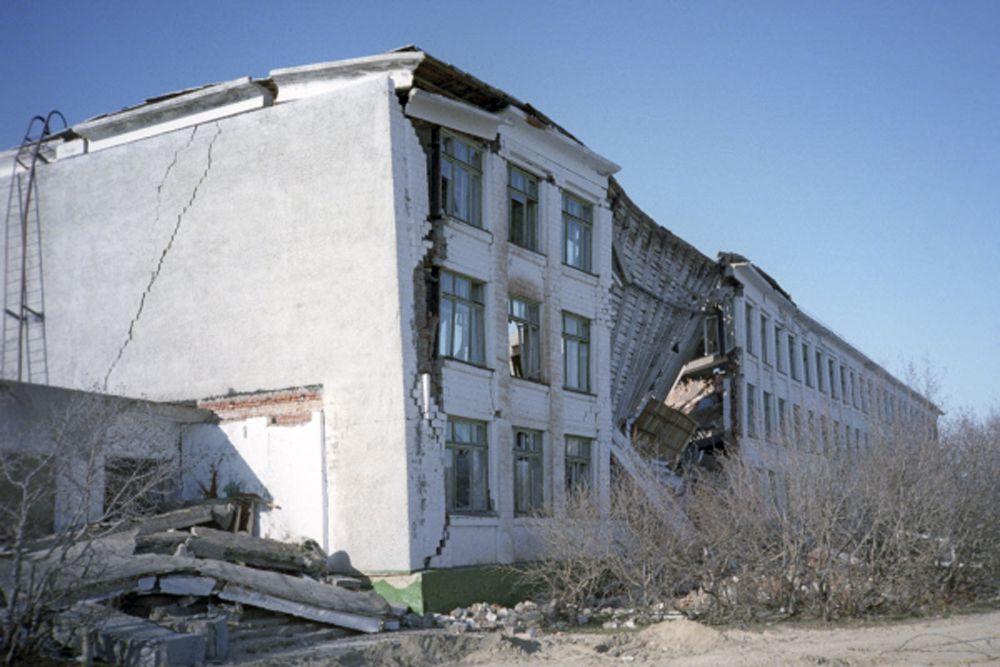 37 человек скончались на этапах эвакуации и в лечебных учреждениях. Всего в результате землетрясения погибли 2040 человек, из них 268 детей. Ранения разной степени тяжести получили около 720 человек.