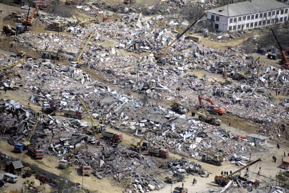 Подземные толчки ощущались в других районах острова и прилегающей части материка. Всего в зоне землетрясения находились около 55,4 тыс. человек.