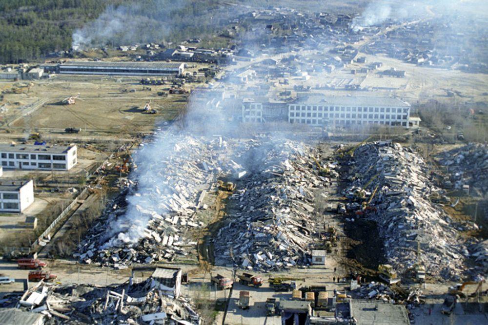 28 мая 1995 года в 01:04 по местному времени в северо-восточной части острова Сахалин произошло землетрясение магнитудой 7, которое за 27 секунд полностью разрушило поселок городского типа Нефтегорск. Погибли 62,5% из 3197 жителей этого населенного пункта.