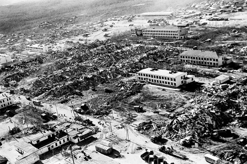 Большинство людей в Нефтегорске погибли в семнадцати пятиэтажных блочных домах постройки 1960-х годов, которые не были рассчитаны на сильные сейсмические нагрузки.