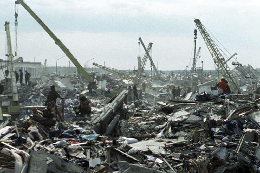 28 мая 2000 года памятник погибшим нефтегорцам открыт на Привокзальной площади Южно-Сахалинска.