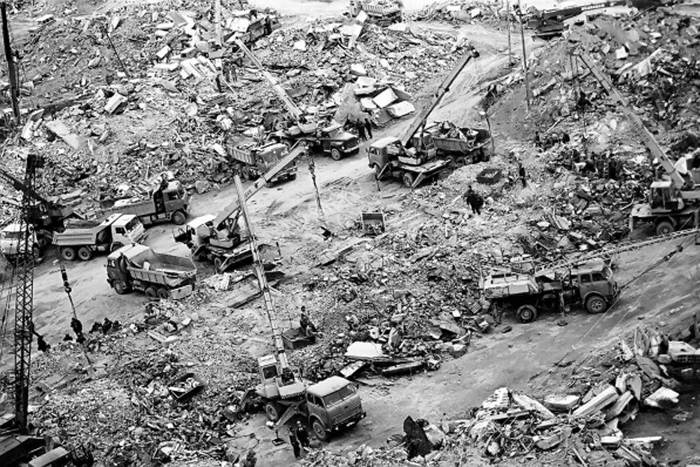 Из-за проблем со связью и сложных метеоусловий спасательная операция началась только через 9 часов после катастрофы. В работах по ликвидации последствий землетрясения участвовали порядка 1500 сотрудников поисково-спасательных служб и военных, были задействованы 25 самолетов, 24 вертолета, 66 автомобилей.
