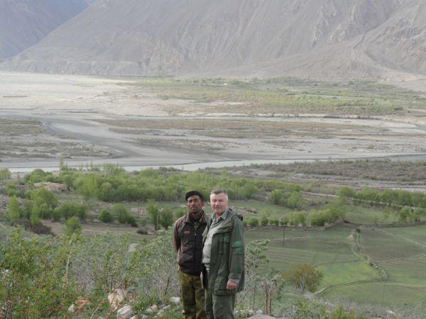 На фоне пограничной реки Пяндж