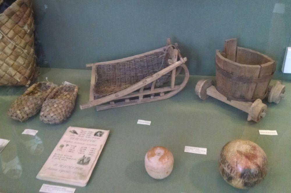Игрушки крестьянских детей – миниатюры предметов взрослого быта.