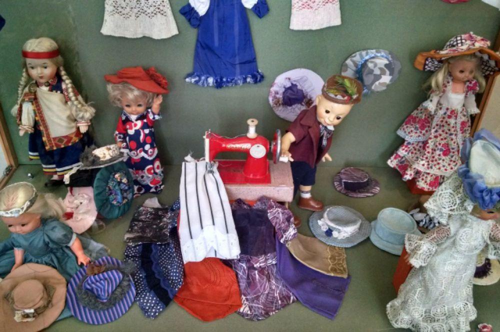 А эти игрушки из коллекции бывшего председателя липецкого горисполкома Владимира Маркова. Костюмы для них он делал собственноручно.